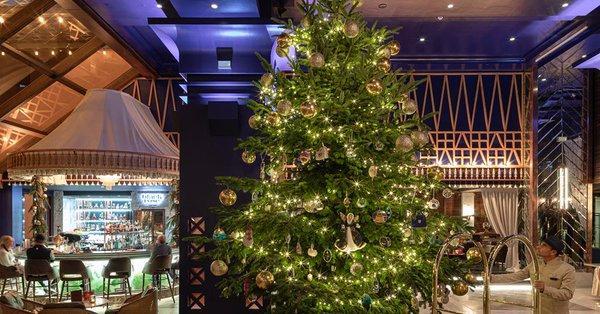 Снимка: Хотел украси коледна елха със злато и диаманти