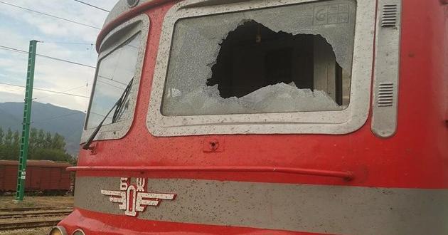 МВР дири извършителите, деца от махалите165 влака са били замеряни
