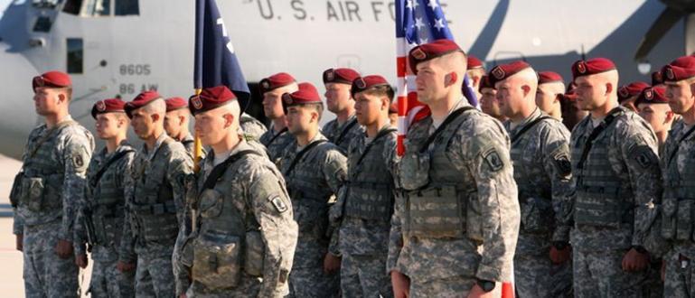 Цял батальон войници на САЩ, оборудван с танкове и бронетранспортьори,