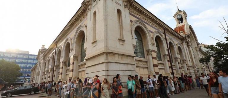 Протестиращи направиха жива верига в София в защита на Централните
