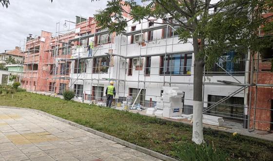 Започнаха ремонтните дейности по саниране на сградата на стария корпус