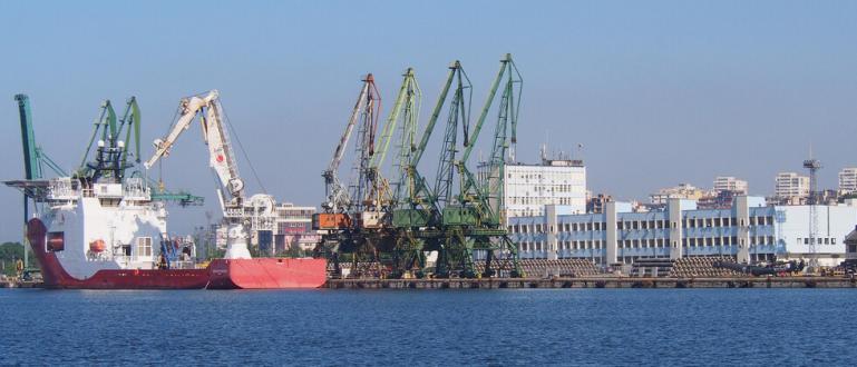 Пристанищата във Варна и Бургас са затворени заради силния вятър.